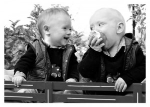 2 little boys, one eating an apple